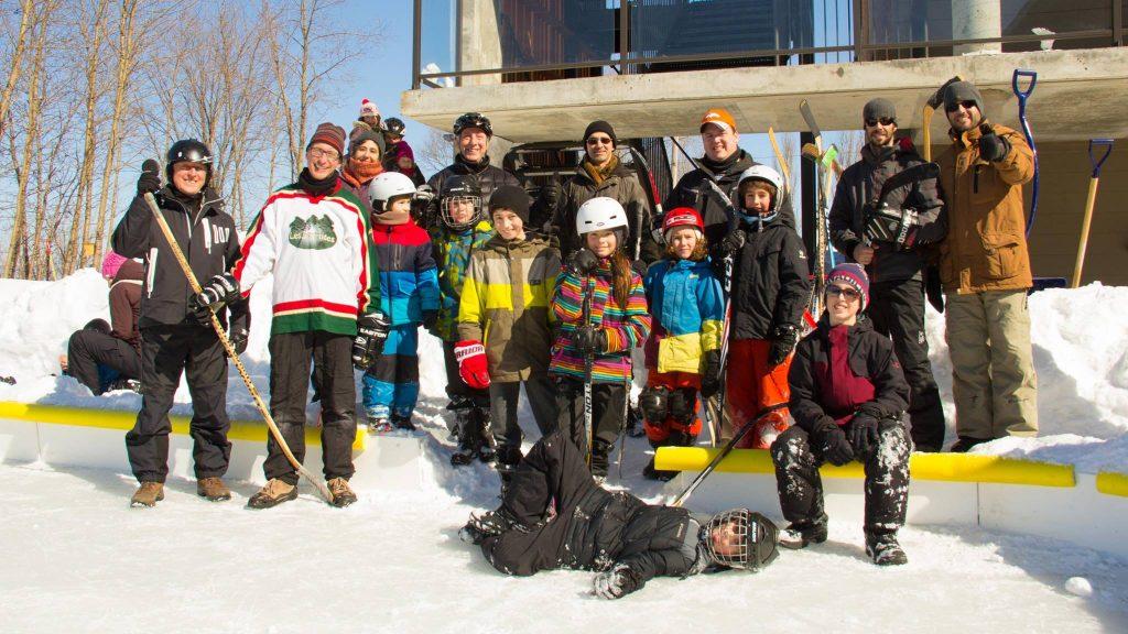 Notre équipe officielle de hockey, lors d'une classique hivernale.